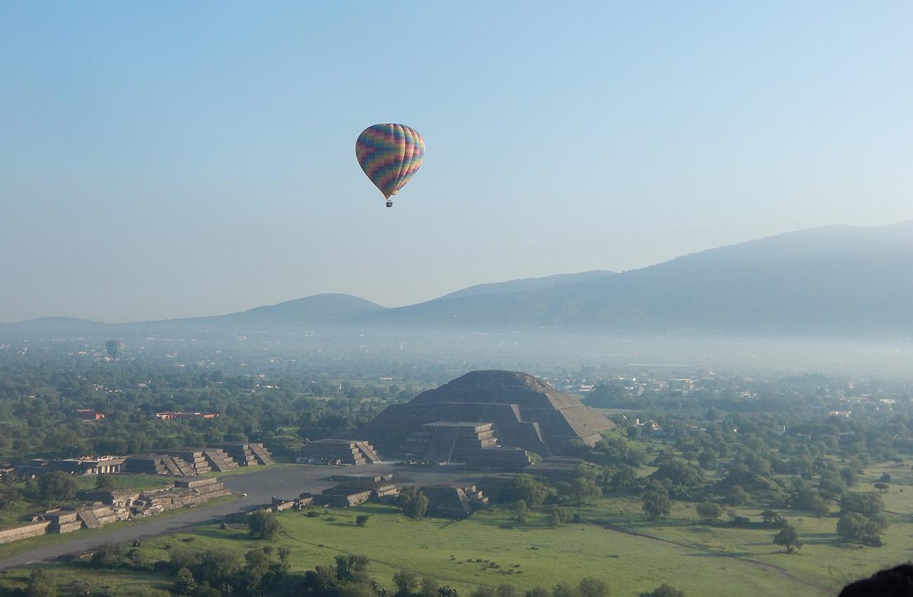 Bay khinh khí cầu qua đền Maya ở Teotihuacan